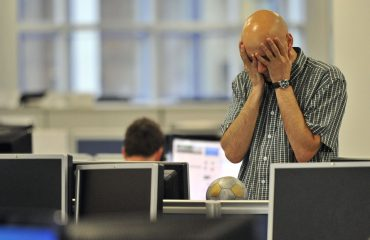 A dealer reacts on the trading floor of IG Index in the City of London August 11, 2011. Firmer U.S. stocks pulled world shares higher on Thursday as strong U.S. jobs data took some of the focus away from renewed fears about the health of the euro zone banking system.  REUTERS/Toby Melville    (BRITAIN - Tags: BUSINESS EMPLOYMENT) - RTR2PTUZ